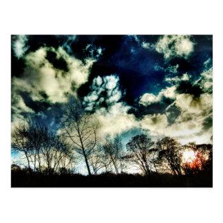 Bewegliche Baum-Silhouetten gegen drastische Postkarte
