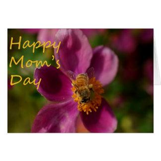 Biene auf einer rosa Karte der Blumen-Mutter Tages