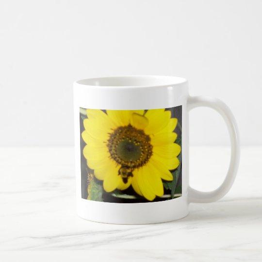 Biene auf Sonnenblume Tasse