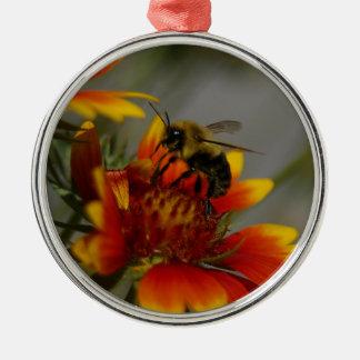Biene, die auf einer Blume herumsucht Rundes Silberfarbenes Ornament