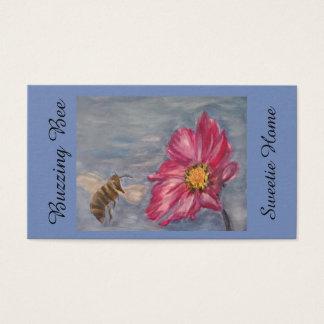 Biene, die auf einer Grasland-Wildblume im Garten Visitenkarte