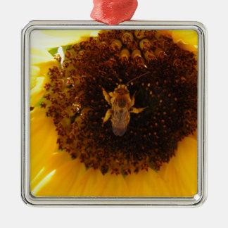 Biene, die eine Sonnenblume klettert Quadratisches Silberfarbenes Ornament