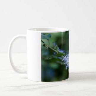 Biene fliegt auf Blume Kaffeetasse