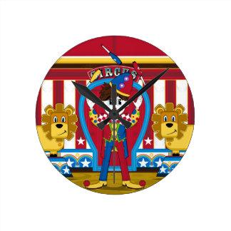 Bigtop jonglierender Zirkusclown und Löwen Runde Wanduhr