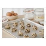 Biscuits crus sur le plateau de cuisson cartes de vœux