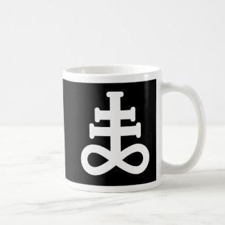 Blanc de double sur la tasse noire de symbole de