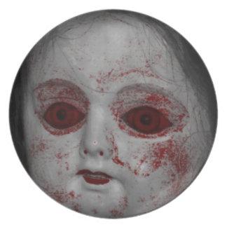 Blasse Haut-Puppe mit blutroten Augen Melaminteller