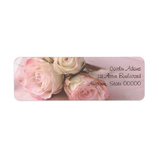 Blasse Rosen auf nahem hohem Adressen-Etikett des