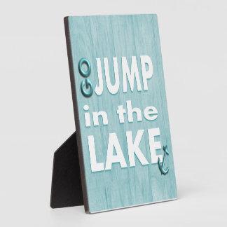 Blau geht Sprung in der See-Zitat-stehenden Fotoplatte