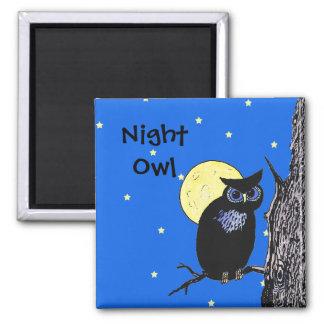 Blaue Augen der Nachts-Eule im Baum-Mond spielt Quadratischer Magnet