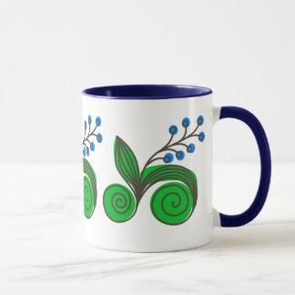 Blaue Beeren und Rolls des Blätter Tasse