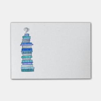 Blaue Bookstack klebrige Anmerkungen Post-it Klebezettel