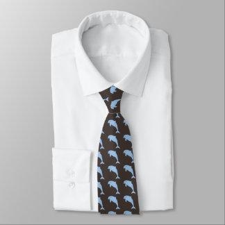 Blaue Delphine auf Braun Krawatte