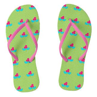 Blaue und rosa Blumen auf Grün Flip Flops