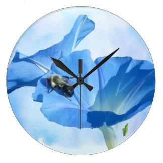 Blaue Winde und Hummel Große Wanduhr