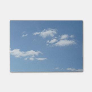 Blauer Himmel mit Weiß bewölkt Post-Itanmerkungen Post-it Klebezettel