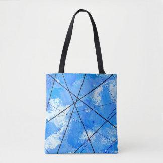 Blauer Himmel mit Wolken und Tasche