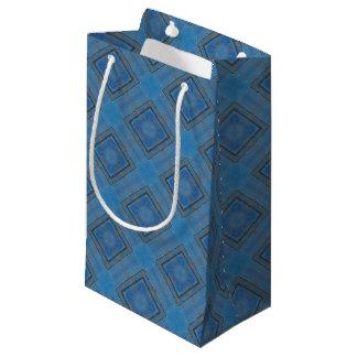 blauer hölzerner Hintergrund Kleine Geschenktüte