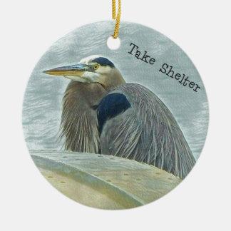 blauer Reiher, der vom Wind hinter Boot auf LAK Keramik Ornament