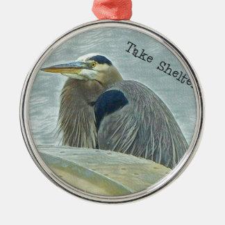 blauer Reiher, der vom Wind hinter Boot auf LAK Rundes Silberfarbenes Ornament