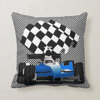 Blauer Rennwagen mit Zielflagge Kissen