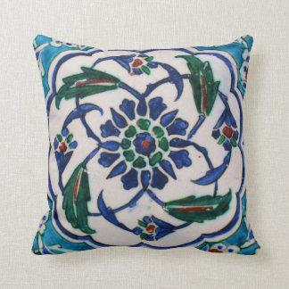 Blauer und weißer BlumenOsmaneära-Fliesenentwurf Kissen