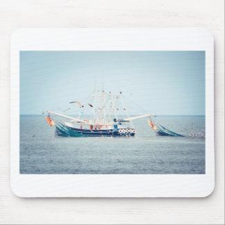 Blaues Garnele-Boot auf dem Ozean Mauspads