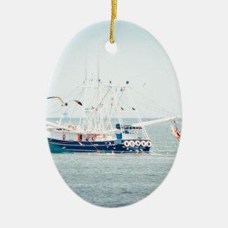 Blaues Garnele-Boot auf dem Ozean Ovales Keramik Ornament