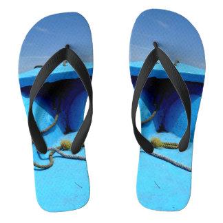 Blaues Kanu mit Seil Flip Flops