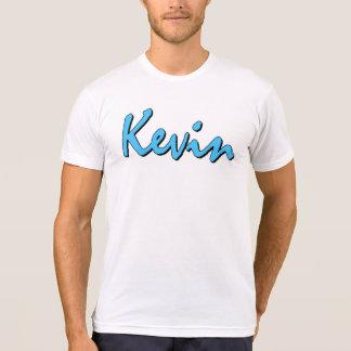Blaues Kevin-Logo auf weißem T-Shirt