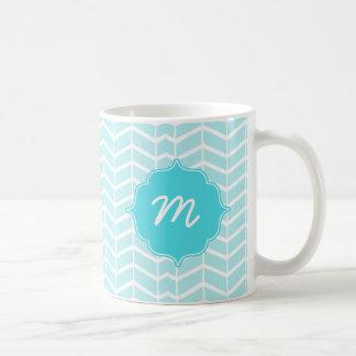 Blaues Monogramm-Fischgrätenmuster Quatrefoil Kaffeetasse