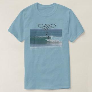 Blaues surfendes T-Shirt für Männer