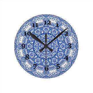 Blaues und weißes Kaleidoskop Runde Wanduhr