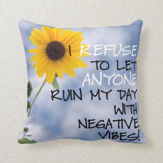 Bleiben des positiven Textes mit einer Sonnenblume Zierkissen