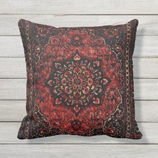 Blick des persischen Teppichs auf dem Rose Kissen