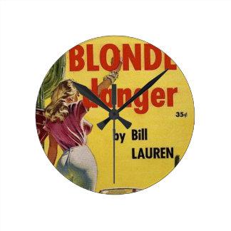 Blonde Gefahr Runde Wanduhr