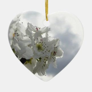Blühender Birnenbaum gegen den bewölkten Himmel Keramik Herz-Ornament