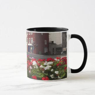Blumen entlang einer Straße in einem Wohnbereich Tasse