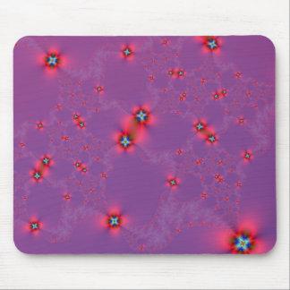 Blumen-Galaxie im Rot auf violettem Mousepad