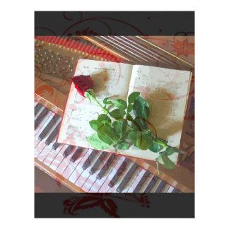 Blumenmusikbuch-Rose auf Klavier