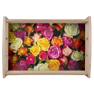 Blumenstrauß der weißen rosa gelben Rosen-Blumen Serviertablett