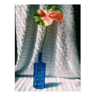 Blütenschweif und blaues Flaschen-Stillleben Postkarte
