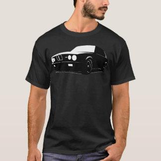 BMW E28 M5, schwarz auf Schwarzem T-Shirt