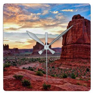 Bögen am Sonnenuntergang Quadratische Wanduhr