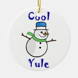 Bonhomme de neige frais de Noël dans le chapeau Ornement Rond En Céramique