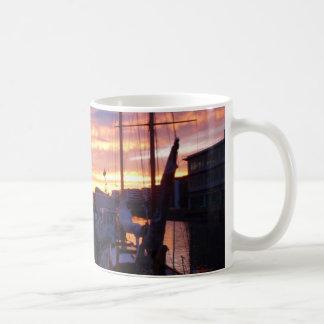 Boote in einem Jachthafen am Sonnenuntergang Kaffeetasse