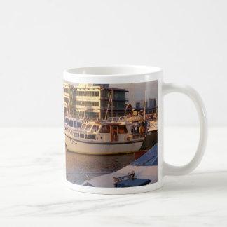 Boote in einem Jachthafen Kaffeetasse