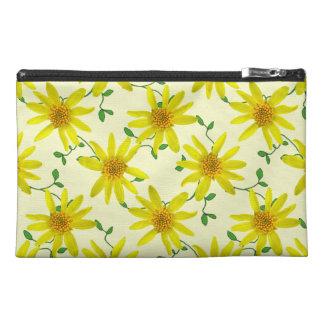 Botanische gelbe Arnika-Wildblume auf irgendeiner Reisekulturtasche