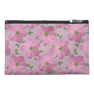 Botanische rosa Pelargonie-Blume auf irgendeiner Reisekulturtasche