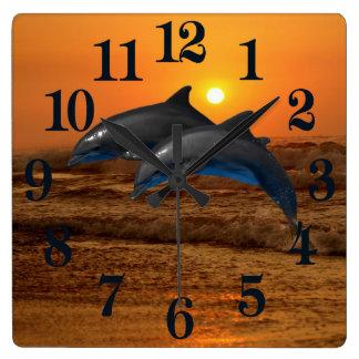 Bottlenose-Delphin am Sonnenuntergang Quadratische Wanduhr